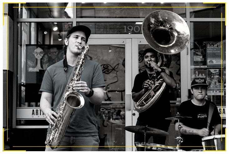 Photo noir et blanche d'un saxophoniste, d'un tubiste et d'un batteur.